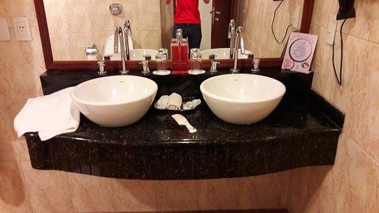 Hotel Saint George: Baño muy amplio