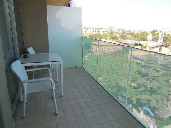 Terrazzo al settimo piano con tavolo e sedie - Foto di Hotel Aria ...