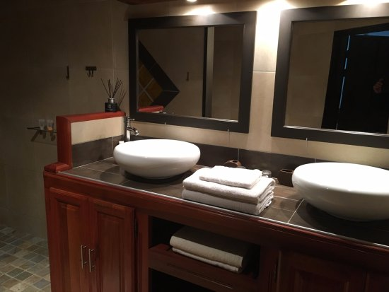Grande douche l 39 italienne picture of chambres d 39 hotes tapacala cilaos tripadvisor for Photo douche italienne