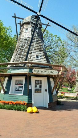 Pella, Αϊόβα: The windmill is actually an Information Center located by the park.