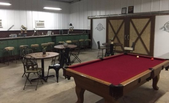 Spicewood, TX: The bar/tasting room (free pool). :)