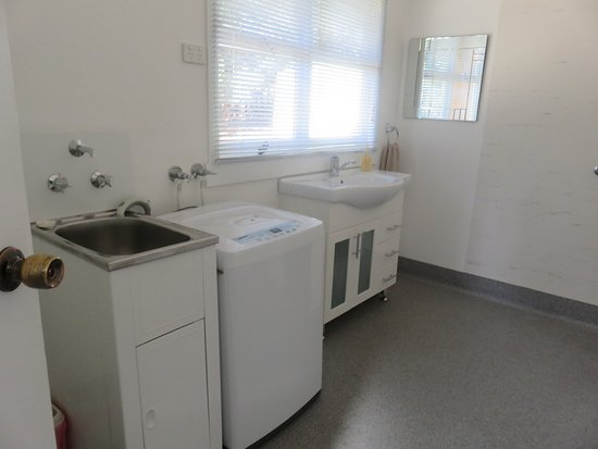 Sisters Beach, Australia: Bathroom/laundry combined.