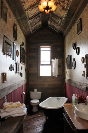 Weston, MO: Bathroom of the Coal Shoot Convered B & B