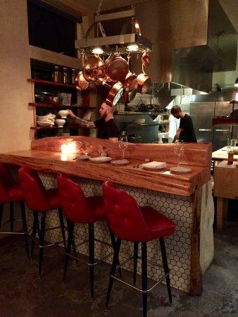 มันซานิตา, ออริกอน: bar top and kitchen area