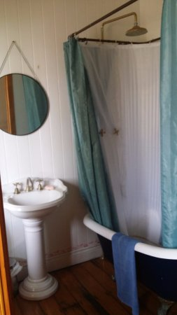 Minto Colonial Hostel: Minto Colonial Accommodation has 3 bathrooms:  this is upstairs front bathroom (across from Room