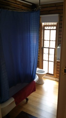 Minto Colonial Hostel: Minto Colonial Accommodation has 3 bathrooms:  this is the downstairs bathroom (next to Room 1A)