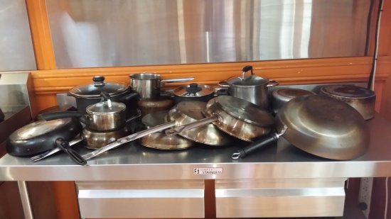 Minto Colonial Hostel: Pots and pans in the shared kitchen (NB:  not all shown)