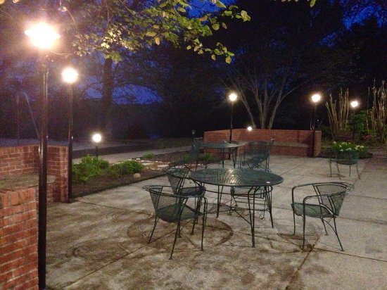 Hardin, KY: Sitting area at dusk