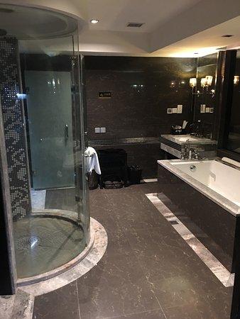 Bodi Boutique Hotel: Inexpensive, very trendy & massive room, superb bathroom design & descent breakfast!