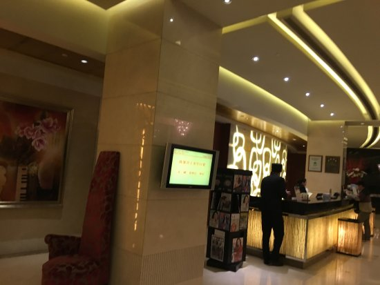Parkview Hotel: Great view, grand lobby, spacious room, bathroom design needs improvement, compliment to the bel