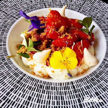 Cellettes, France: La Fraise: fraises marinées aux baies de Sansho, crémet d'Anjou au Jasmin et crumble breton