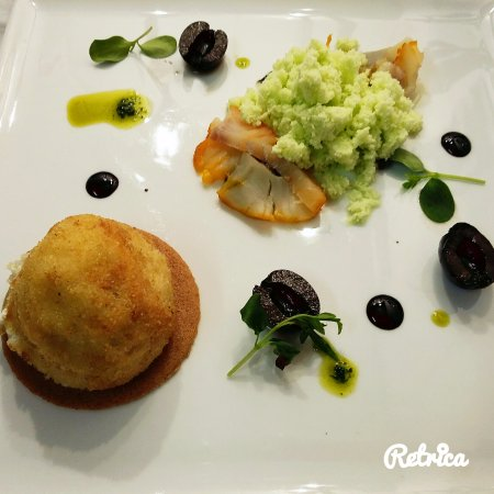 Cellettes, France: Cromesqui de chèvre frais, créme glacée d'asperge, haddock fumé, croustille de sarrasin et olive