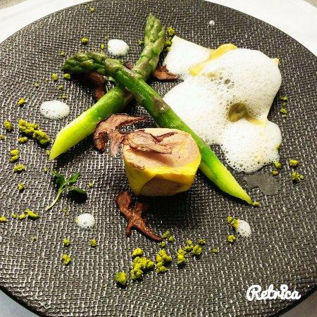 Cellettes, France: Asperges vertes croquantes, foie gras mi-cuit au poivre de Kampot rouge, raviole de morille,  et