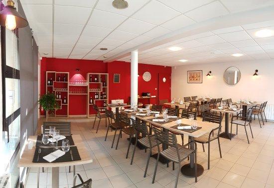 La salle de restaurant picture of la table d 39 orelise for Table de salle a diner