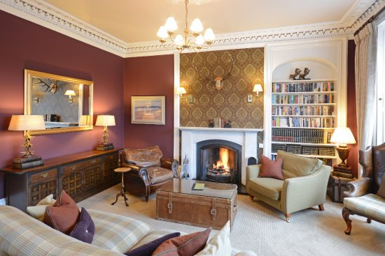 Knockendarroch Hotel & Restaurant: Lounge with log fires