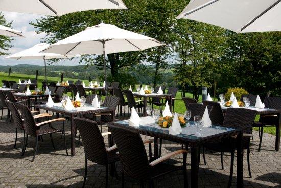 Much, Deutschland: Genießen Sie von unserer Sonnenterrasse einen herrlichen Blick ins Grüne!