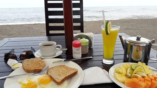 Anturan, Endonezya: Frühstück direkt am Strand