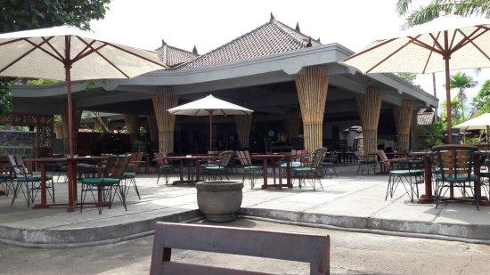 Anturan, Endonezya: Sea Breeze Cafe vom Strand aus gesehen