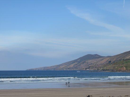 Inch, Ireland: Voila une des vues magnifiques que vous pouvez avoir depuis la plage.