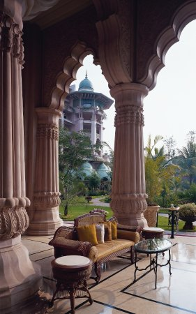 The Leela Palace Bengaluru: Peacock lounge