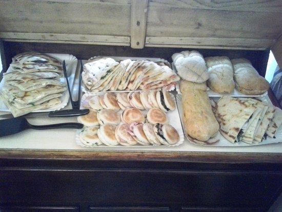 Gualdo Tadino, Włochy: Le nostre pietanze: tigelle, panini particolari e cresce