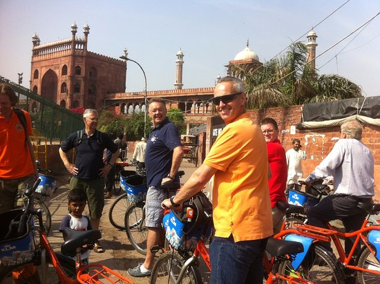 DelhiByCycle : View on the majestic Jama Masjid (main mosque) of Old Delhi - Shah Jahan tour