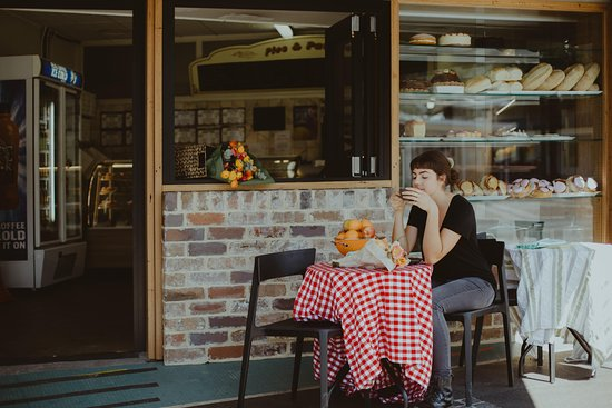 Thirroul, Australia: Renovations to shop front