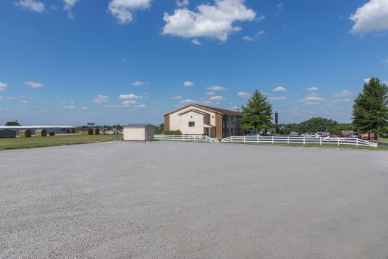 Super 8 Danville: Truck Parking