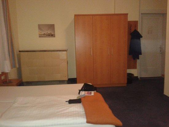 Bett Mit Schrank Und Zimmerausgang Rechts Bild Von Hotel Xenia