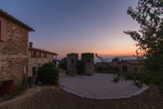 Fratticiola Selvatica, Italia: Piazzale con sili