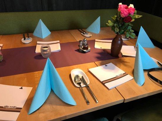 Alte Veste: Zu sehen hier: Saftiges Hühnchenfilet, Zweierlei Mousse und die Tischdekoration im Extraraum