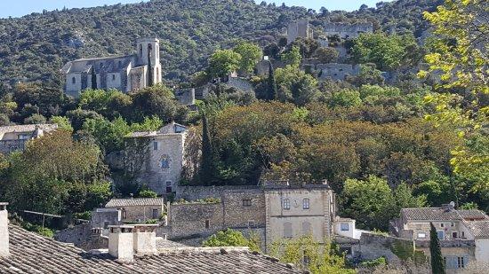 Oppede, Francia: vue d'Oppède le Vieux depuis l'aire de battage du blé