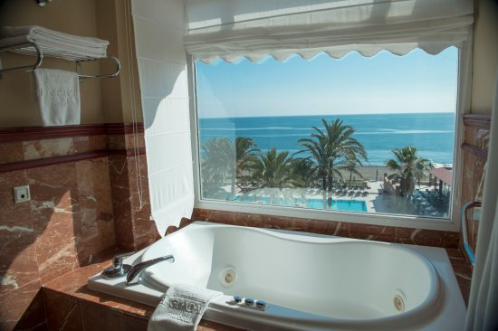 Hotel Guadalmina Spa & Golf Resort: Grand Suite. Lujosa suite con 130m2 con ducha independiente y jazuzzi con vistas al mar