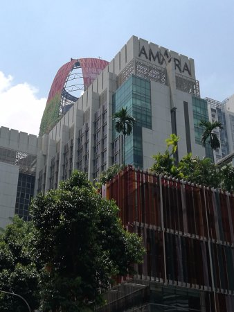 Amara Singapore Hotel: It's near a road junction and is about 5 minutes walk from Tanjong Pagar MRT station