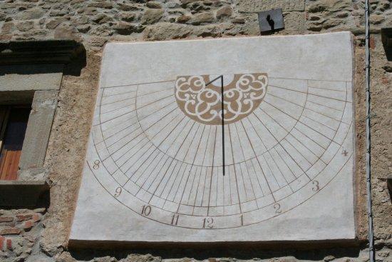 Grizzana Morandi, Włochy: La meridiana della piazzetta principale