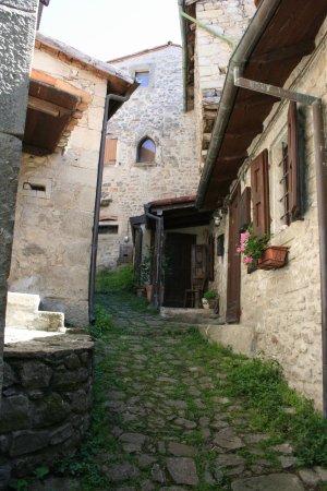 Grizzana Morandi, Italy: Uno scorcio delle viuzze del borgo