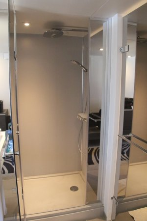 Novotel London City South : Shower door open. Any water on the open door drops on the floor in front of the washbasin.
