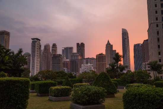 Plaza Athenee Bangkok, A Royal Meridien Hotel: Jogging Track at dusk (photo by Mike Clegg)