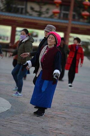 Shangri-La County, China: Locals dancing