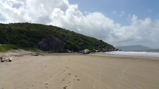 Cooktown, Australien: looking north along the beach