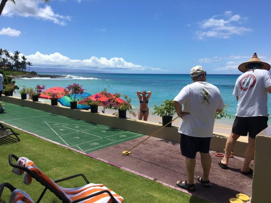 Hale Napili: shuffleboard area right next to beach