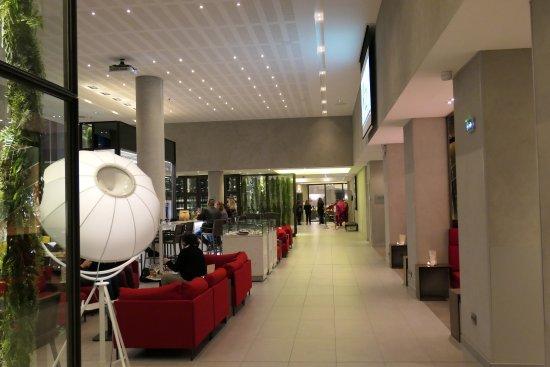 Hall d\'entrée - Picture of Pullman Paris Roissy CDG Airport, Roissy ...
