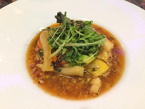 Vertou, France: ouscous végétale : Quinoa gourmande, légumes de saison, bouillon safrané
