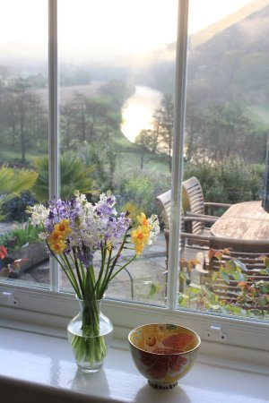 Llandogo, UK: Spring sunrise from Ty Bryn's breakfast room