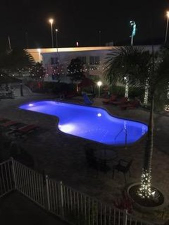 Quality Inn & Suites Near Fairgrounds Ybor City: Pool view at night