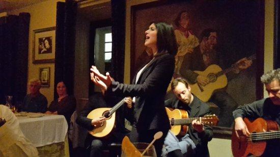 Adega Machado : Wonderful Alto Fado singer backed by excellent musicians