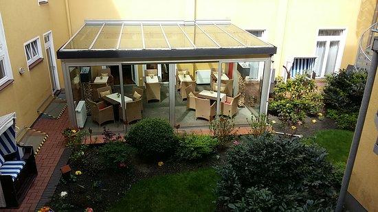 Inselhotel Bruns Norderney: TV, Fensteraussicht, Kleier Innenhof Mit  Wintergarten Und Kleiner Blumen