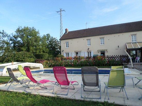 La tranquillit au bord de la piscine picture of table for Chambre de commerce villefranche sur saone