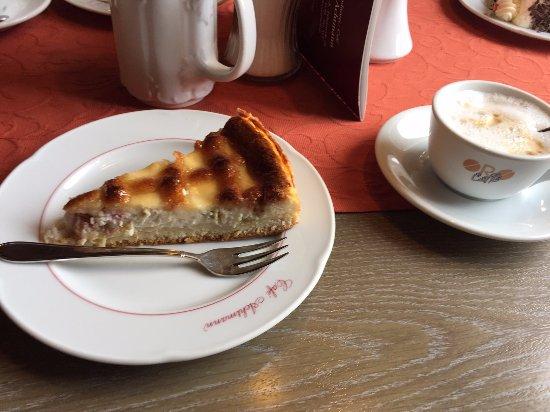 Dettelbach, Niemcy: Rhababerkuchen und Cappucino