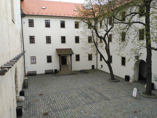 Brno, Republik Ceko: Patio de acceso